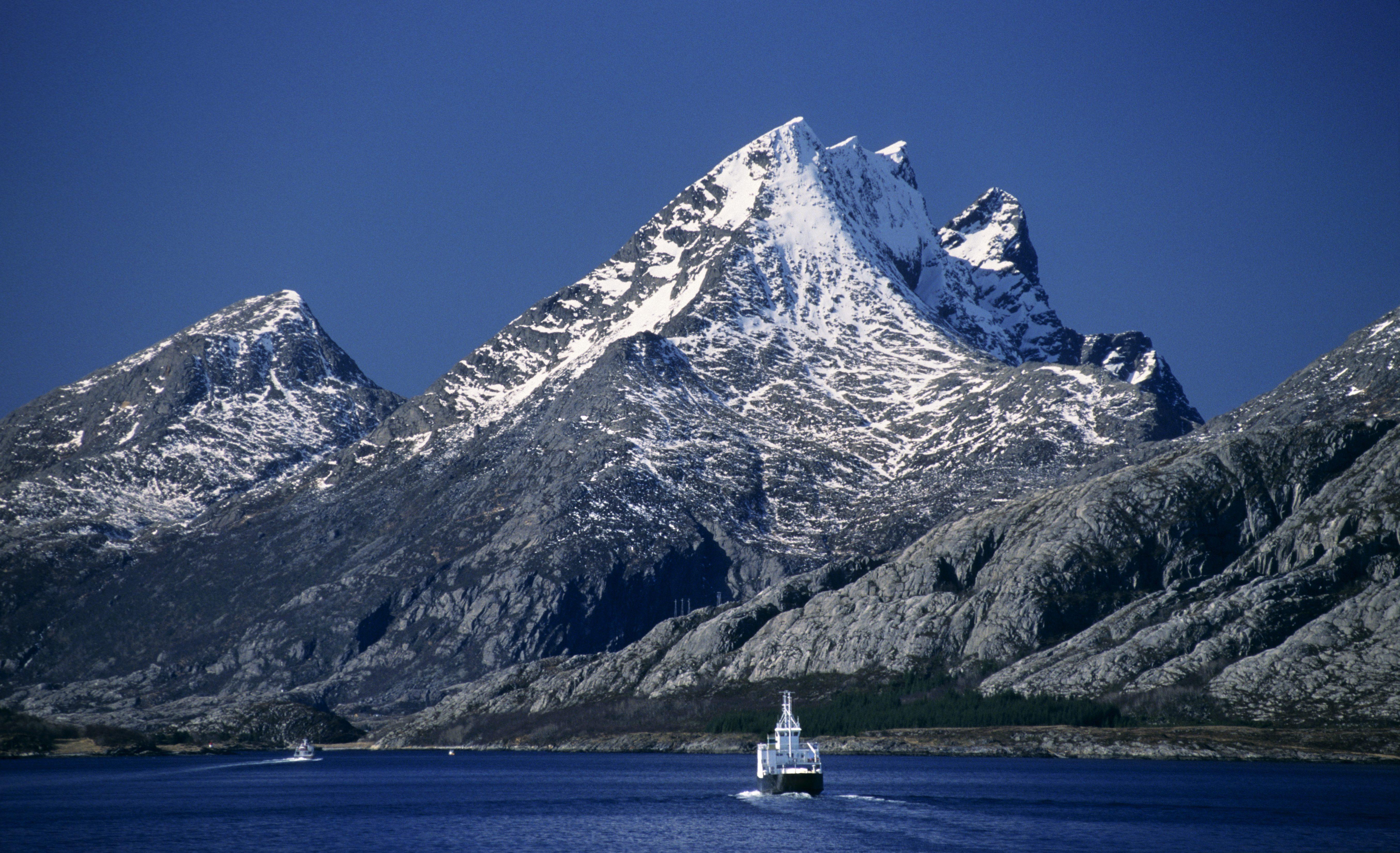 Øya Dønna sett fra Sandnessjøen, Nordland
