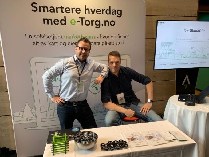 Kenneth og Jan Erik ute på konferanse for å markedsføre e-Torg